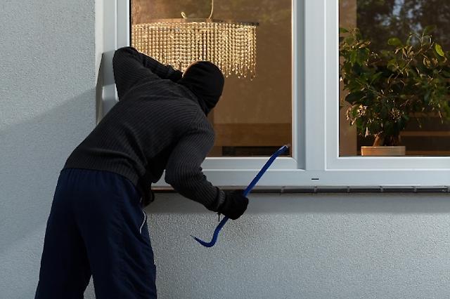 Furti nel pomeriggio a Ciconia, i ladri rompono il vetro e portano via i soldi