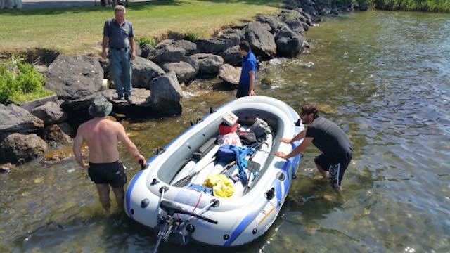 Tre giovani in difficoltà nelle acque del lago, interviene la polizia provinciale