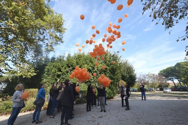 Palloncini in aria per la Giornata europea contro la tratta di esseri umani