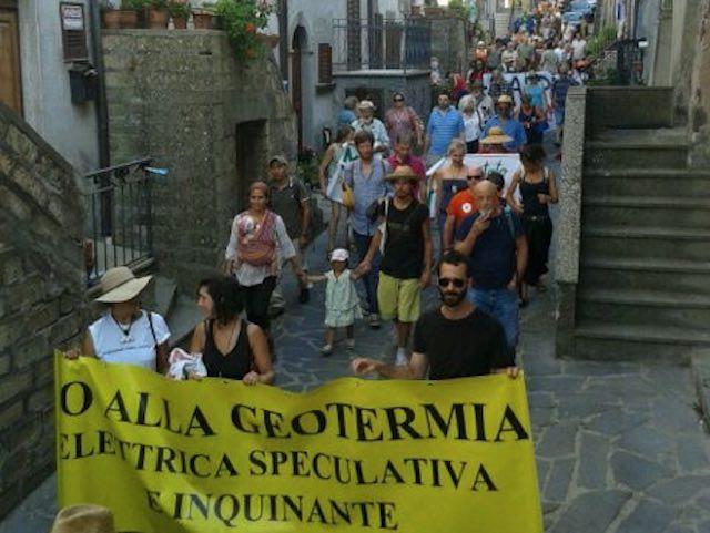 """""""Errare è umano"""". In tanti alla passeggiata contro il perseverare del pericolo geotermico"""