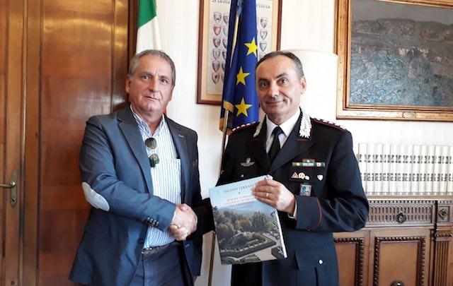 Saluti istituzionali tra il presidene della Provincia e l'ex comandante della Compagnia Carabinieri