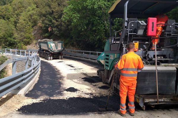 Avanzano i lavori di ripristino della pavimentazione sulla E45