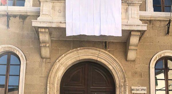 Giornata della Legalità, lenzuolo bianco sul Comune e minuto di silenzio