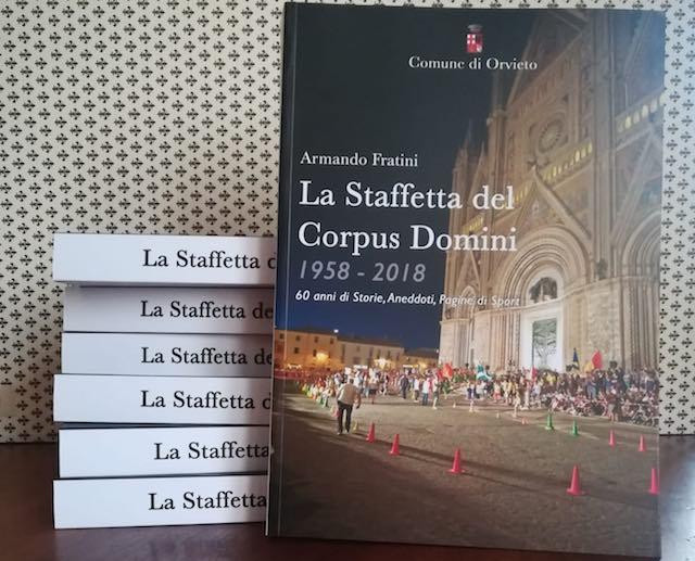 La Staffetta corre per la città. L'acquisto del libro sostiene il restauro del Portico di Sant'Andrea