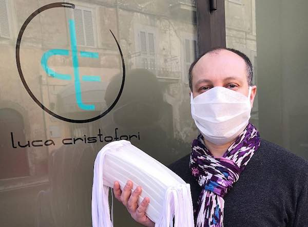 Lo stilista Luca Cristofori produce mascherine per i concittadini