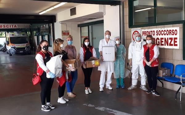 Le majorettes che ballano per aiutare gli altri donano attrezzature all'Ospedale di Terni