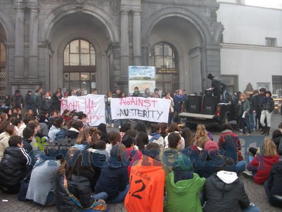 """""""Against Austerity"""". Manifestazione pacifica degli studenti orvietani contro i tagli alla scuola"""