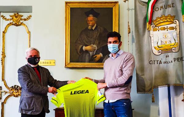 L'arbitro Manuel Volpi regala la sua maglia ai pievesi