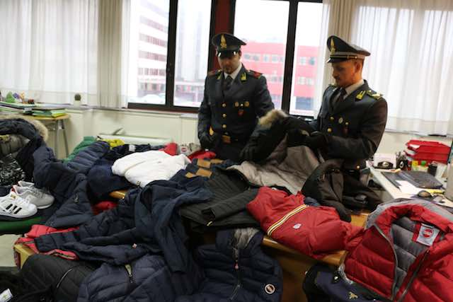 Le Fiamme Gialle intercettanto un carico di vestiti e accessori con marchi contraffatti