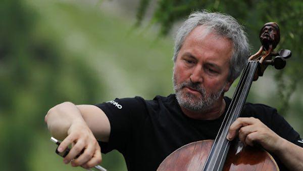 Mario Brunello suona all'alba, sospeso sulla Valle dei Calanchi e nel silenzio di Civita