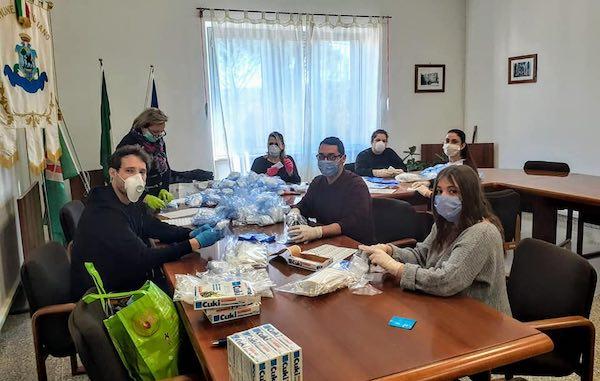 Ad Attigliano i volontari distribuiscono le mascherine casa per casa