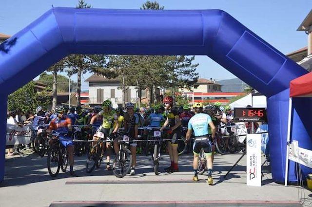 Gara ciclistica in mountain bike tra i panorami del Perugino