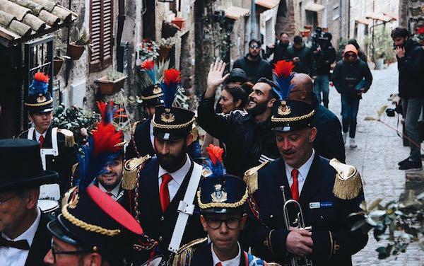Marco Mengoni a sorpresa nella sua Ronciglione per le riprese del nuovo video