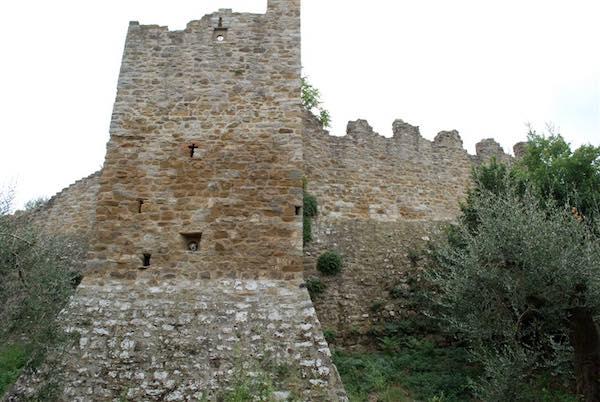 Al Castello di Montecolognola si inaugurano i lavori di restauro della cinta muraria