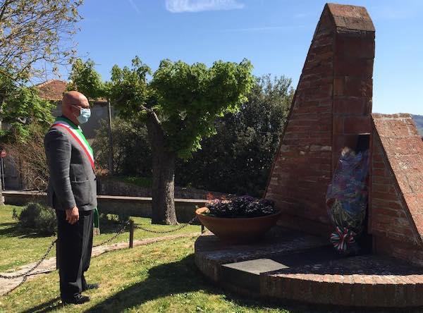 Mazzo di fiori sul Monumento ai Caduti.Cerimonia dimessa, ma non meno sentita