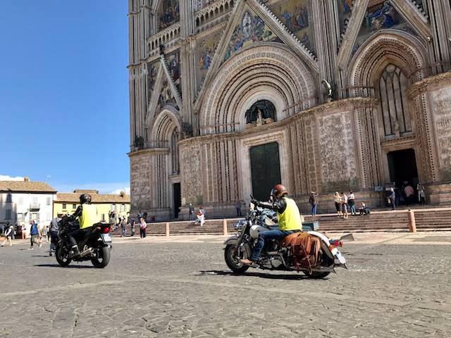 """Sosta all'ombra del Duomo per i bikers della """"Queens' Cavalcade"""""""