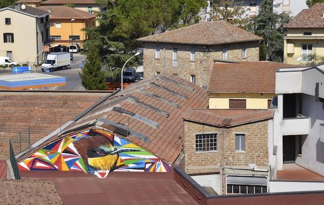 """Sul timpano spunta """"Il gruccione"""". L'arte di strada per migliorare il decoro urbano"""
