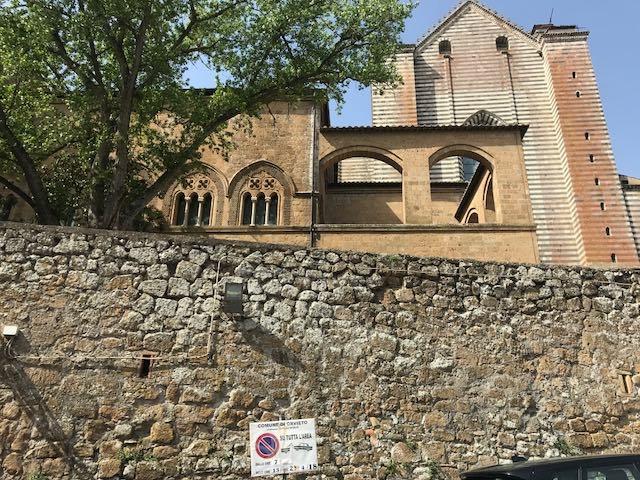 Messa in sicurezza del muro, divieto di sosta in Via Cesare Nebbia