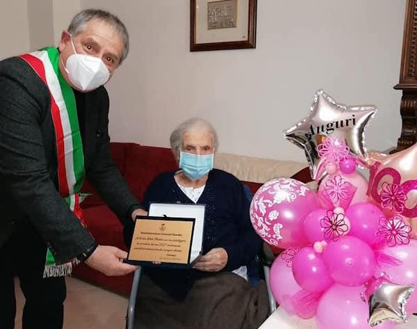 Nonna Nerina compie 100 anni. Fiori e auguri dal primo cittadino