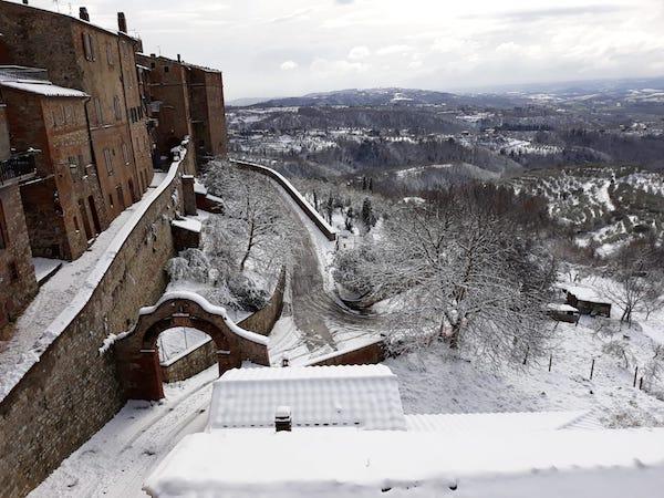 La neve ridisegna la bellezza di Monteleone e, in un attimo, è sole