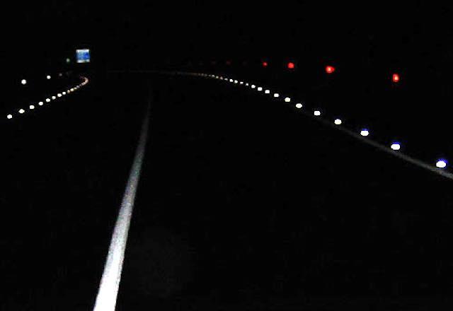 """Venti """"occhi di gatto"""" e un panello luminoso per aumentare la sicurezza di pedoni e automobilisti"""