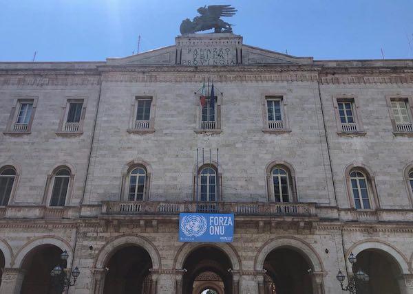 La bandiera dell'Onu sul palazzo della Provincia nel 75esimo della Carta delle Nazioni Unite