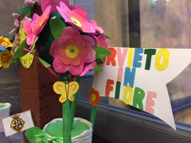 """Colori e bandiere alle finestre e in vetrina, l'edizione 2021 di """"Orvieto in Fiore"""" non rinuncia a sbocciare"""