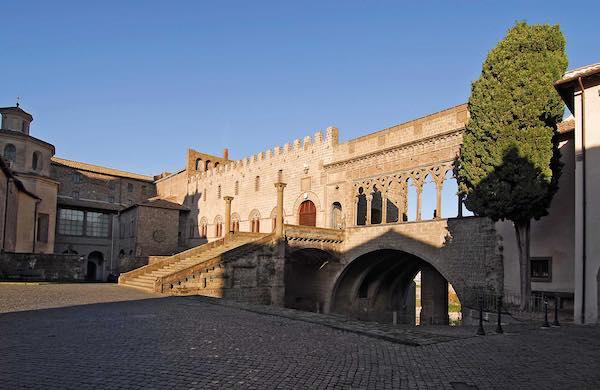 Interdetta la Loggia di Palazzo dei Papi, summit congiunto in Curia