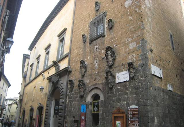 Lavori al Palazzo dei Sette, traffico vietato lungo corso Cavour