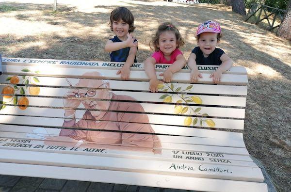 Una panchina-libro dedicata ad Andrea Camilleri anche al Parco del Pinaro