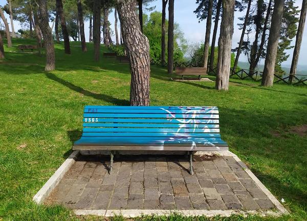 Quarta panchina artistica nel Parco del Pinaro. Verde ramina per celebrare il Luogo del Cuore FAI