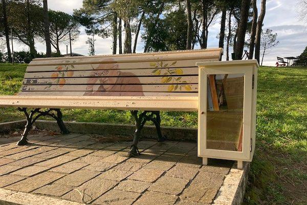 Book sharing al Parco del Pinaro. Libri per tutti accanto alla panchina di Camilleri