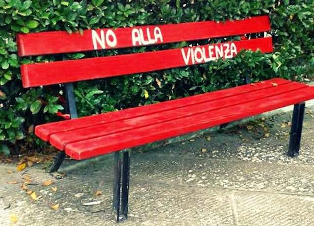Si inaugura la Panchina Rossa. Riflessione sul femminicidio e la violenza contro le donne