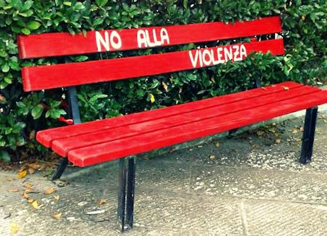 In Largo Guglielmi si inaugura una panchina rossa