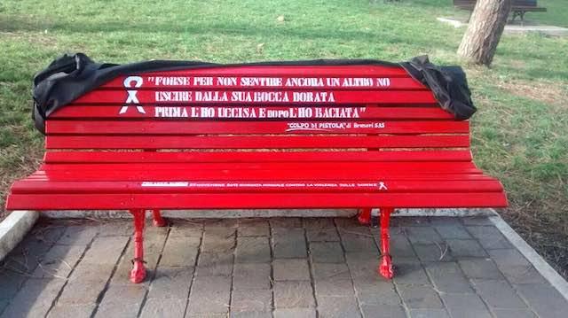 """Una """"Panchina Rossa"""" per dire """"No alla violenza sulle donne"""""""