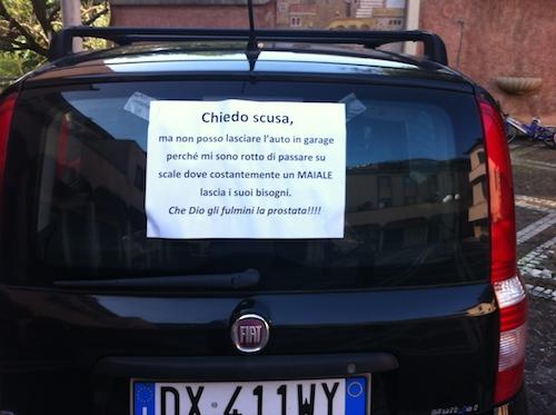 """Bisogni sulle scale del garage, a Orvieto Scalo spunta il messaggio """"al maiale"""" sul finestrino dell'auto"""