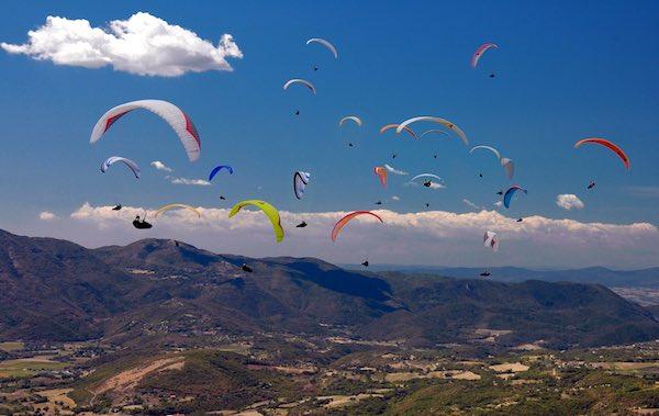 Voli in parapendio e deltaplano in Umbria. Windsurf, kitesurf e surf sul Tirreno