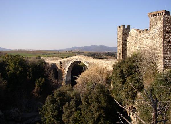 Al Parco Naturalistico Archeologico di Vulci, tra i resti dell'antica città