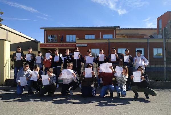 Anche i ragazzi dell'Ipaa sostengono la protesta del latte dei pastori sardi
