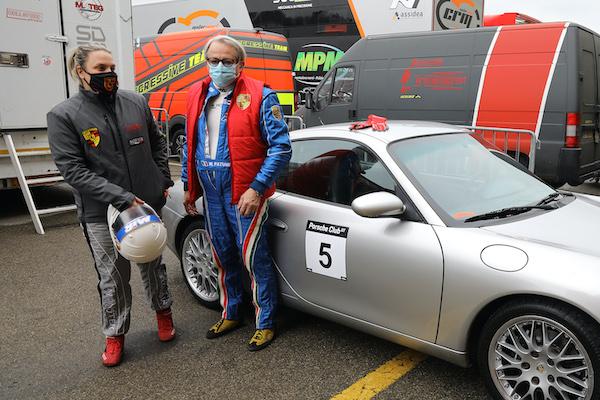 Scintille sul bagnato nel primo ciak del Porsche Club GT al Mugello