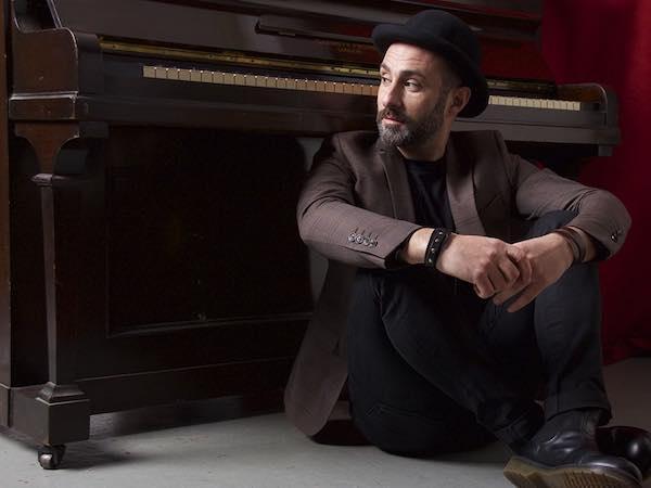 """Andrea Perozzi al Bianconi con """"Cantastelle"""". Viaggio tra gli astri della musica italiana"""