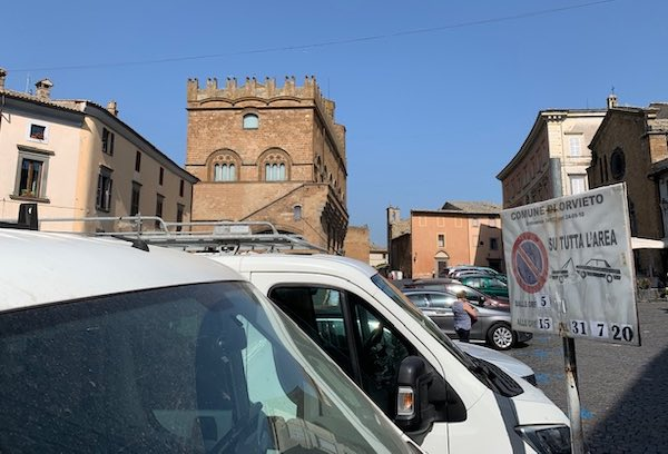 Sosta vietata in Piazza del Popolo, si rifà la segnaletica per ricollocare i banchi del mercato