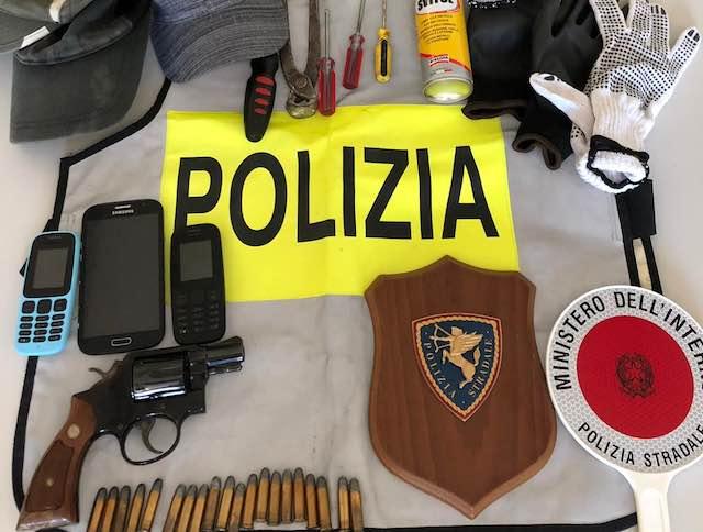 Con la pistola nel parcheggio del ristorante, arrestato dalla Polizia Stradale