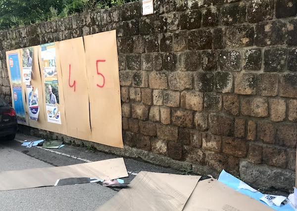 Plance divelte e manifesti elettorali strappati in Via Postierla