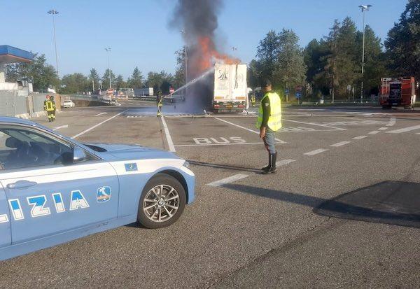 Autoarticolato in fiamme nell'area di servizio Fabro Est