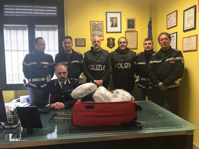 La Polizia Stradale sequestra 4,1 chili di hashish. In manette, un giovane