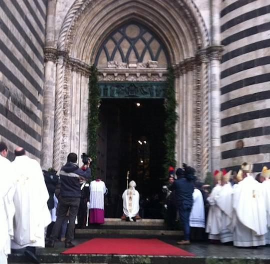 Una folla di popolo accorre all'apertura della Porta Santa del Duomo di Orvieto