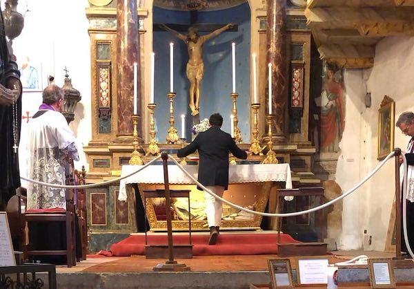 Il sindaco Profili in preghiera davanti al Crocifisso miracoloso di Civita