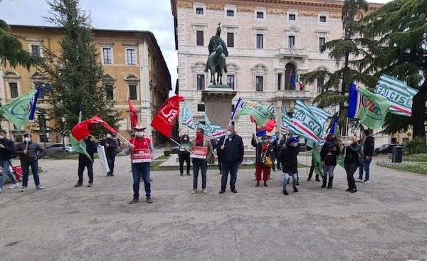 I lavoratori agricoli incrociano le braccia e tornano in piazza per chiedere sostegni
