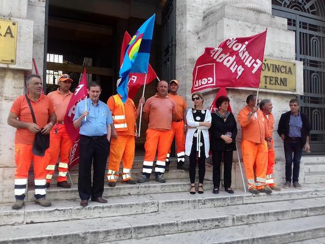 Provincia, sit-in dei dipendenti per protesta contro i tagli